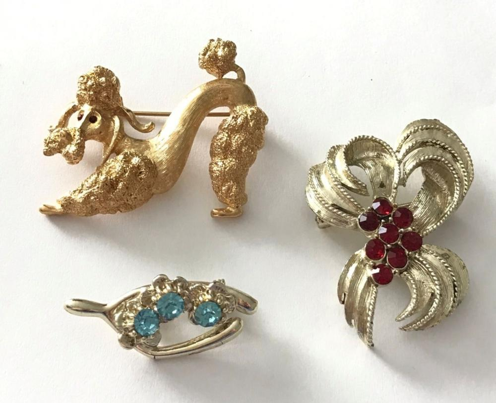 3 GOLD TONE BROOCHES BOW, MONET DOG