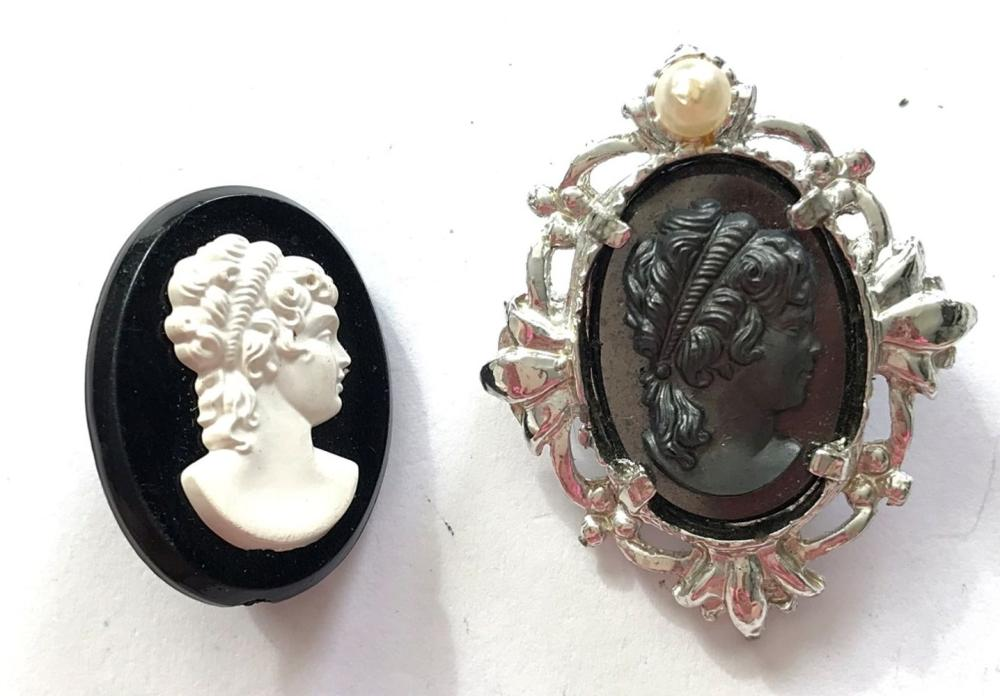2 CAMEO BROOCHES VINTAGE