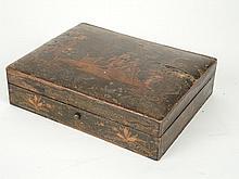 Coffret en laque de style Louis XV, à décor Extrême-Orient comprenant quatre boites rectangulaires à jetons en os ou ivoire teintée (accidents) . 5 x 19 x 15 cm