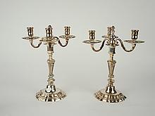 Paire de candélabres en bronze argenté de style Louis XIV éclairant à 3 lumières. H. 31,5 cm