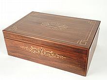 Coffre à châle Restauration en marqueterie de houx sur fond de palissandre, à décor de rinceaux feuillagés (fentes au couvercle). 20 x 54 x 36 cm