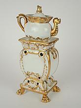 Tisanière Napoléon III en porcelaine blanche et dorée (petites égrenures). H. 29,5 cm