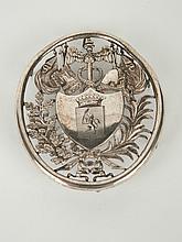 Plaque de corporation en métal plaqué Empire ajouré ornée d'armoiries dans un blason et d'attributs militaires. Dim. 7,5 x 6,5 cm