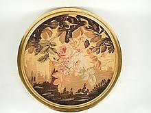 Tapisserie encadrée en tondo 'Roses dans un paysage'. Aubusson, XIXe. Diam. 54 cm