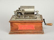 PHONOGRAPHE PATHE 'ROYAL' sans son couvercle et pavillon, avec sa clef d'origine