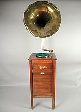 GRAMOPHONE LE CONCERT AUTOMATIQUE FRANCAIS Grand Meuble Phono avec casiers, tête d'origine et pavillon