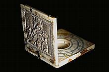 Rare cadran solaire diptyque avec boussole en ivoire gravé d'une vierge à l
