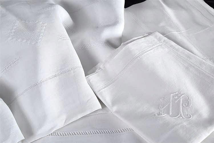 un drap en lin ajour et un drap en lin chiffr j h dimensi. Black Bedroom Furniture Sets. Home Design Ideas