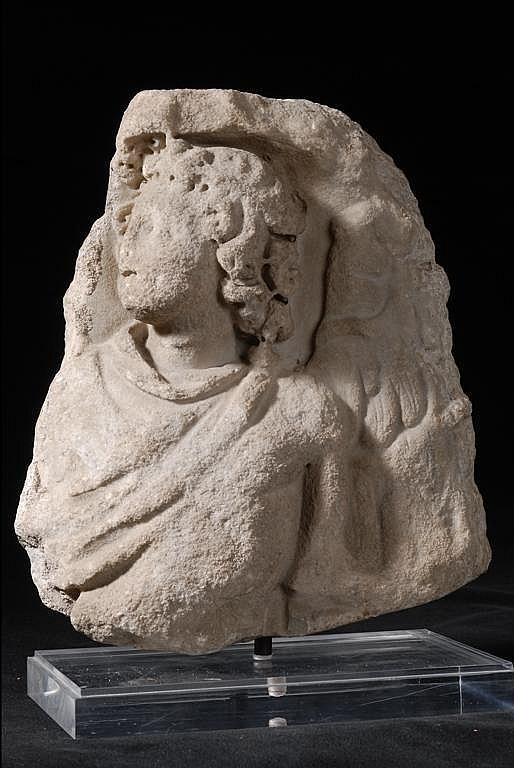 Divinité ailée en marbre sculpté en haut relief -