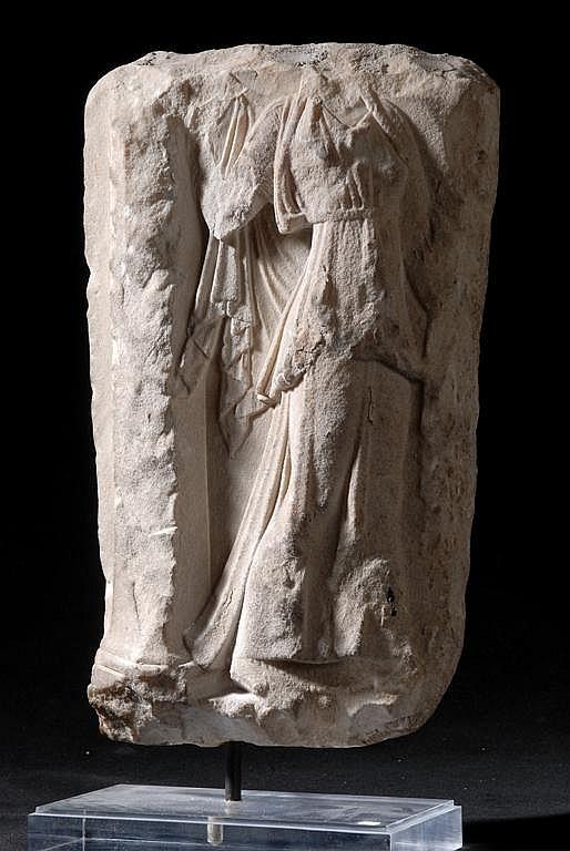 Figure de femme en marbre, portant le triple