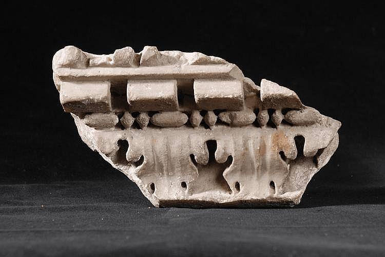 Petit élément de corniche en marbre sculpté de