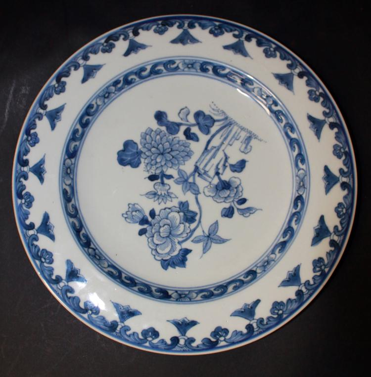 A CHINESE BLUE AND WHITE PORCELAIN DISH, 18/19TH CENTURY