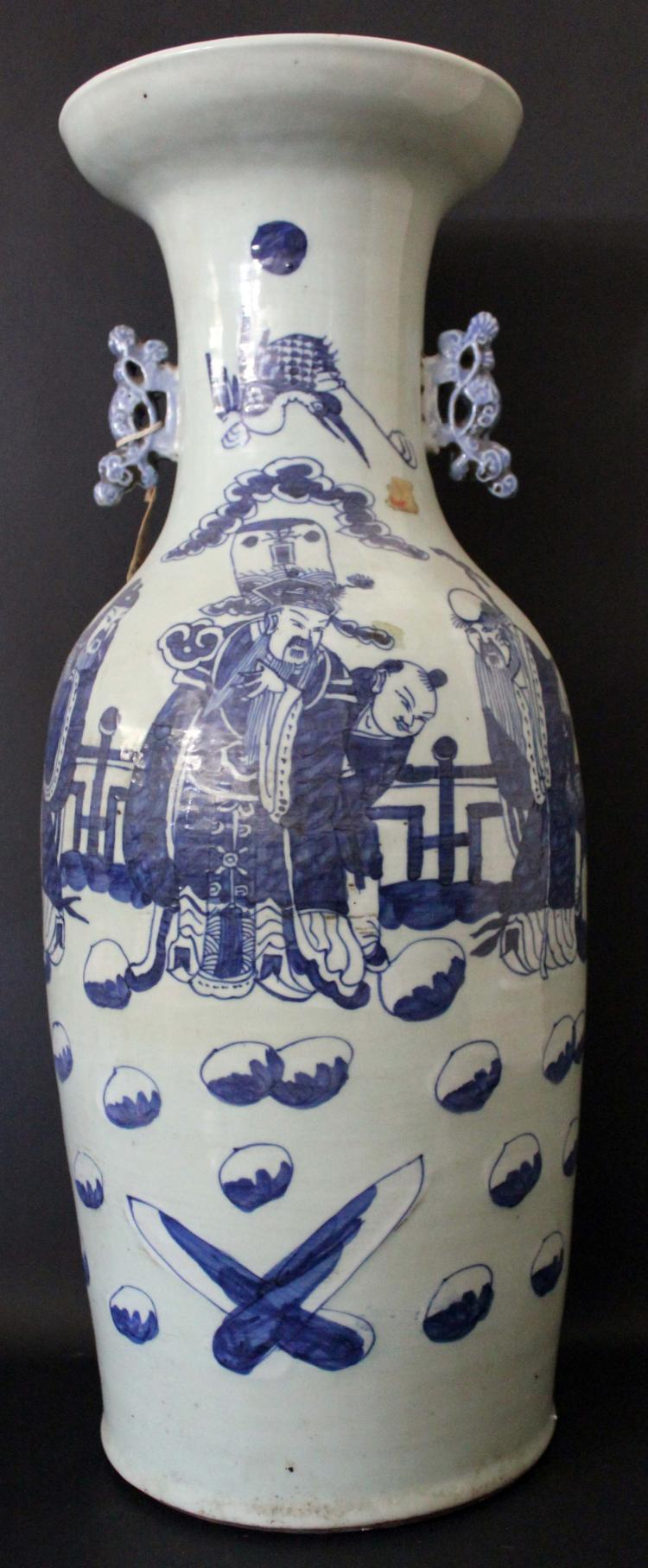 A LARGE CHINESE PORCELAIN VASE, 19TH CENTURY