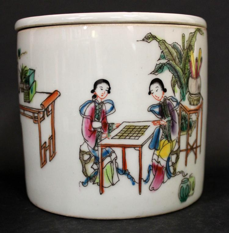 A CHINESE FAMILLE ROSE PORCELAIN CRICKET CONTAINER, 19TH CENTURY