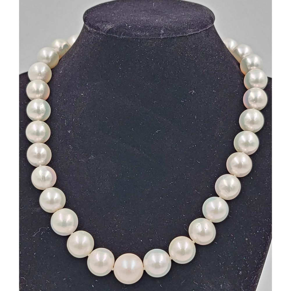A FINE STRING OF SOUTH SEA PEARL NECKLACE