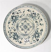 A 16th CENTURY BLUE AND WHITE ANNAMESE PLATE, with floral underglaze decoration. dia. 25cm.