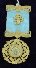A RARE MASONIC BROOCH IN 9CT GOLD MEDAL, blue ribbon, finely engraved