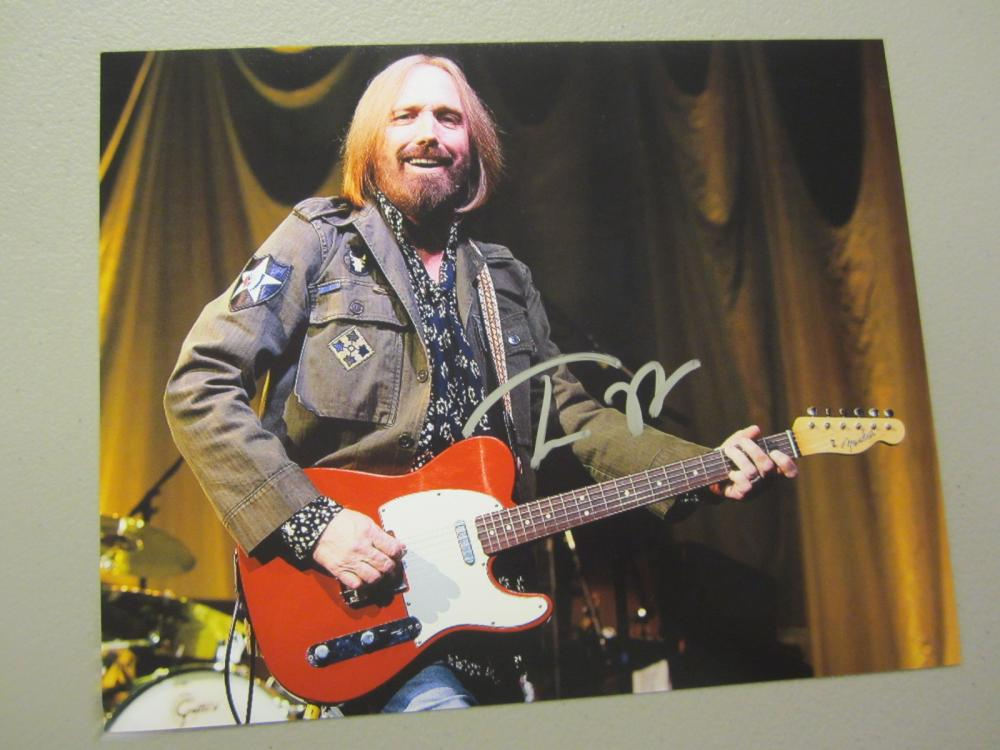 Lot 413: TOM PETTY SIGNED AUTOGRAPHED 8X10 COA