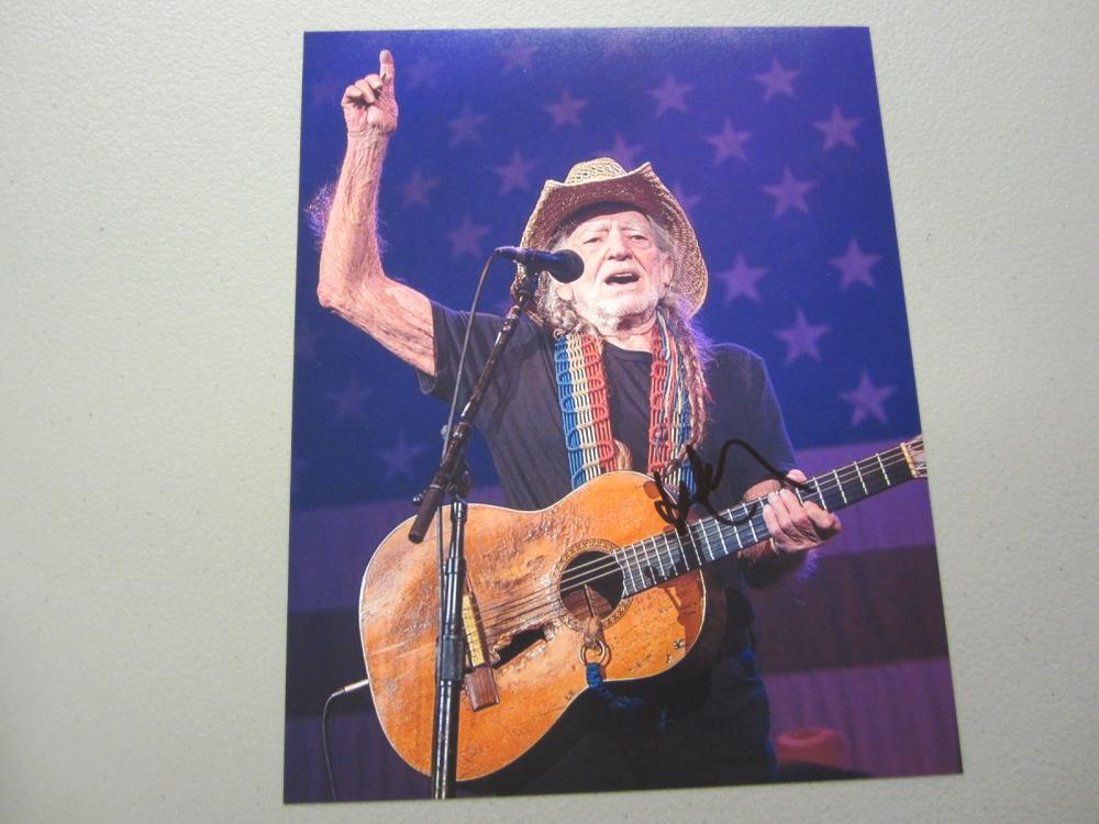 Lot 611: WILLIE NELSON SIGNED AUTOGRAPHED 8X10 COA
