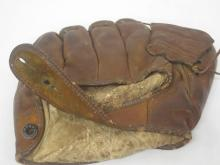 Lot 69: ROGER MARRIS SIGNED AUTOGRAPHED BASEBALL GLOVE