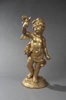 Attribué à Gaspard Marsy (1624-1681) Exceptionnel Marmouset Grande statue de bassin en plomb doré figurant un amour ailé et drapé portant un carquois sur l'épaule et brandissant un bouquet de fleurs. XVIIe siècle. Haut. : 112 cm, Larg. : 52 cm, Prof.