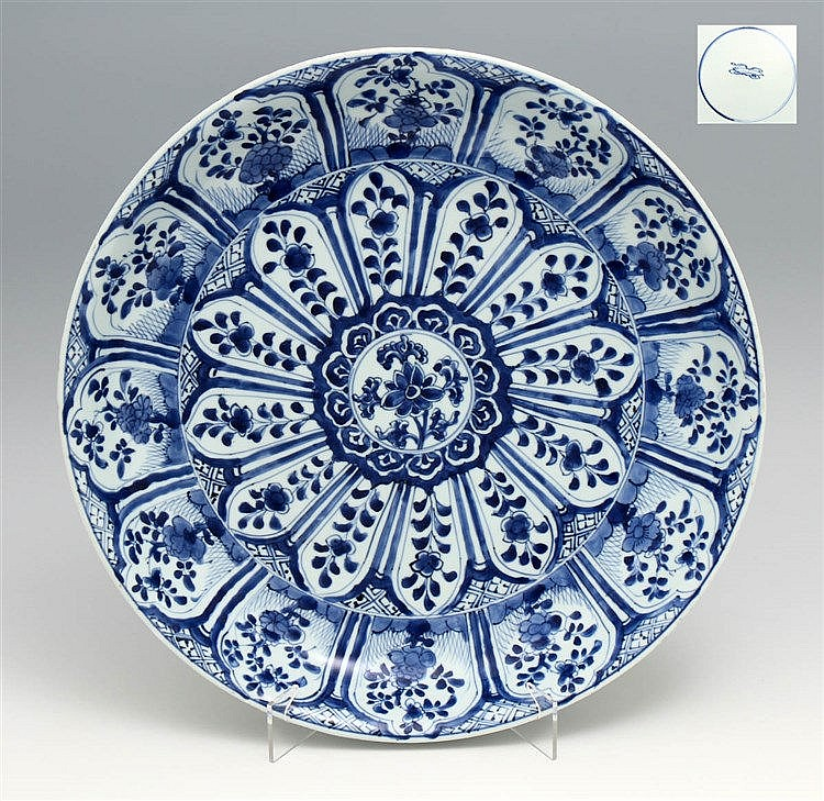 LARGE PLATE IN THE SHAPE OF A SAUCER