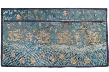 A Chinese embroidered silk panel with dragons, 18/19th C.