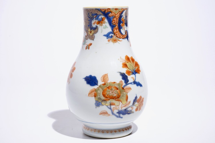 A chinese verte imari jug with floral design qianlong for Architecture verte