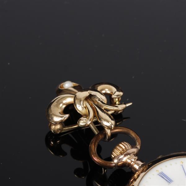 yellow 14k gold lapel pendant with pearl on fleur de