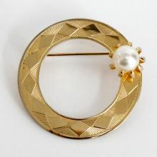 Gold plated diamond cut round brooch pin with prongs set faux white pearl