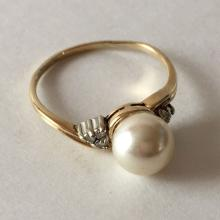 10k yellow gold diamond and faux white pearl ring, size 8 1/4