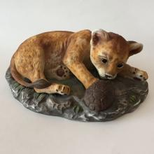 HOMCO 1985: Vintage porcelain masterpiece figurine statuette BABY LION LEOPARD PLAYING WITH TURTLE, hallmarked on bottom