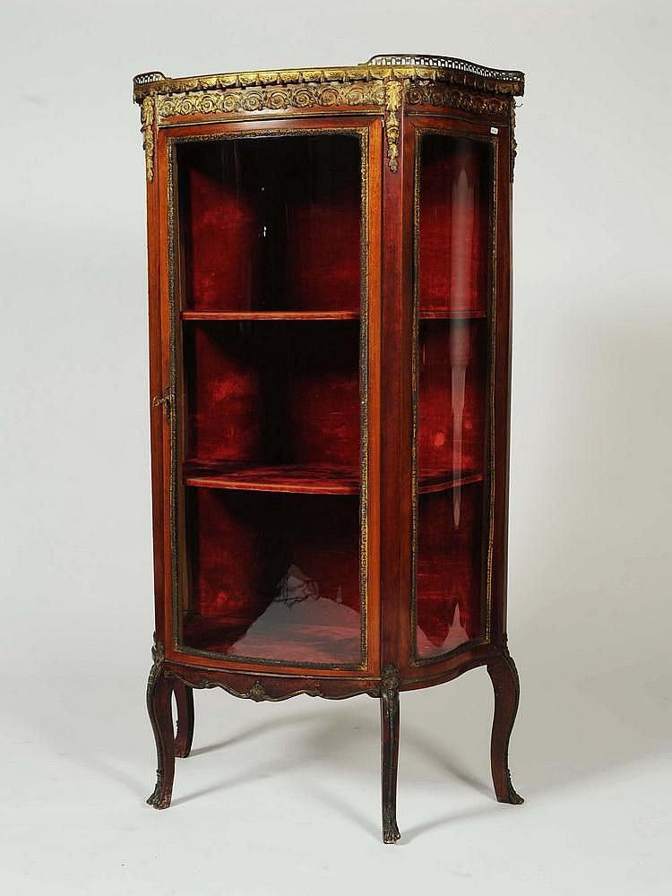 vitrine de forme galb e en bois de placage s 39 ouvrant par une. Black Bedroom Furniture Sets. Home Design Ideas