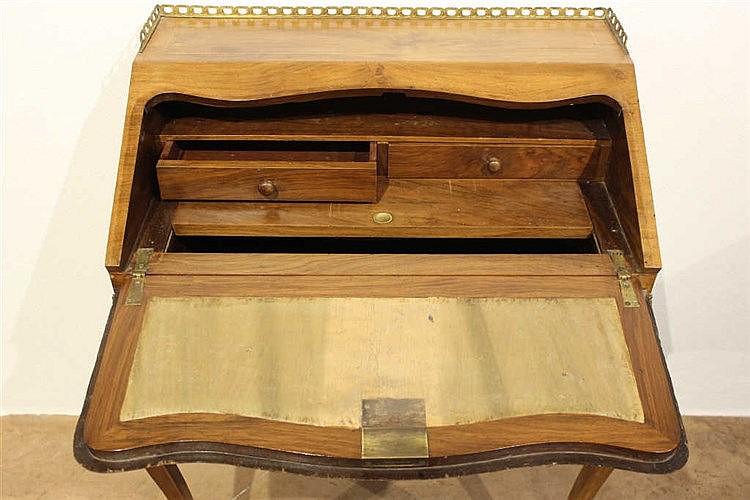 Petit bureau de pente style louix XV, en bois de placage, pl ~ Petit Bureau Bois