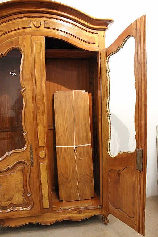 Armoire en bois de placage ouvrant deux portes vitr es mo for Armoire penderie deux portes
