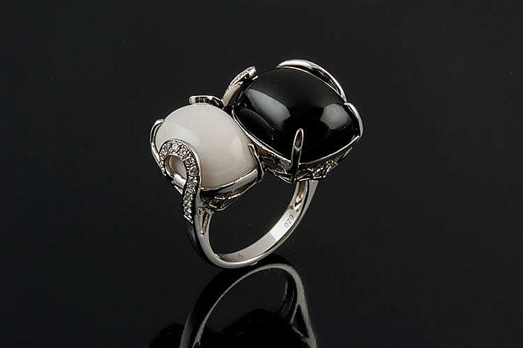A GOLD, AGATE, ONYX AND DIAMOND RING
