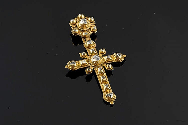 A GOLD AND DIAMOND PENDANT CROSS, EARLY 20TH CENTURY