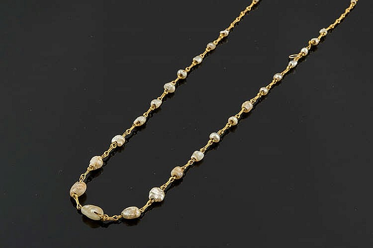AN ANTIQUE GOLD AND PEARL NECKLACE