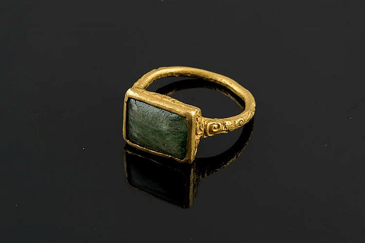 A GOLD AND EMERALD RING