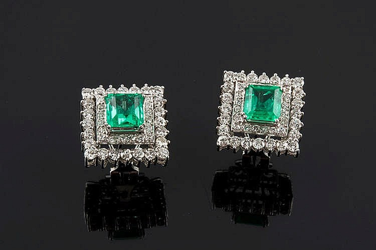 A PAIR OF GOLD, EMERALD AND DIAMOND EARRINGS