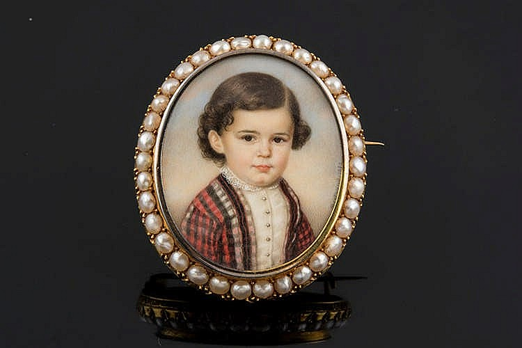 A MINIATURE CHILD PORTRAIT BROOCH
