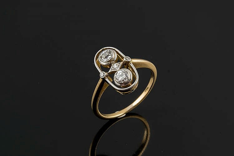 A GOLD, PLATINUM AND DIAMOND RING