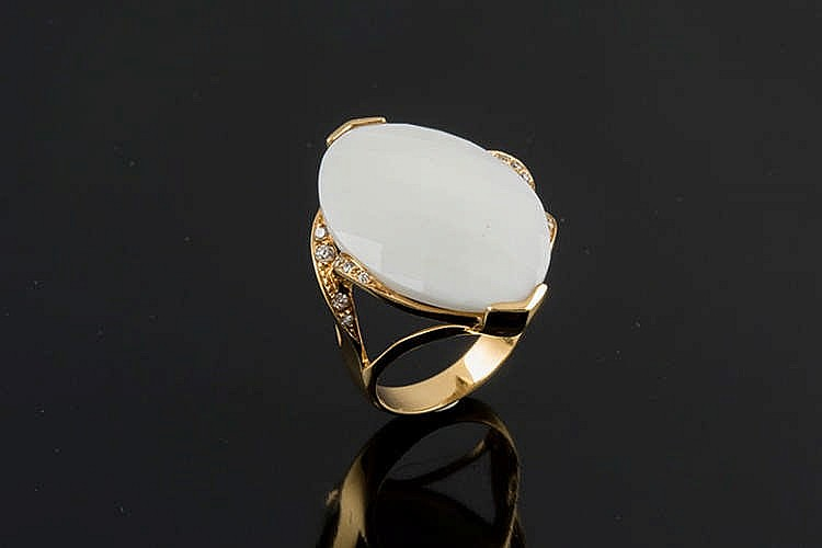 A GOLD, AGATE AND DIAMOND RING