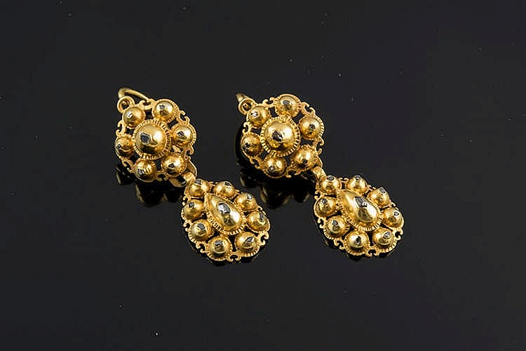 A PAIR OF GOLD AND DIAMOND EARRINGS, EARLY 20TH CENTURY
