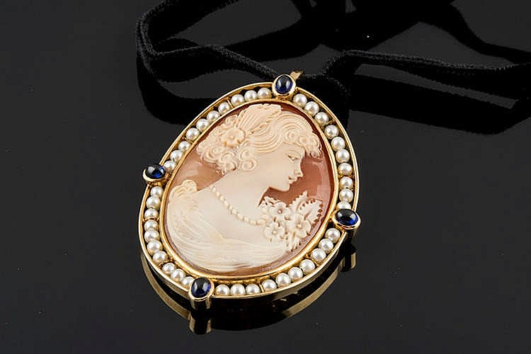 A GOLD, PEARL AND SAPPHIRE CAMEO PENDANT BROOCH