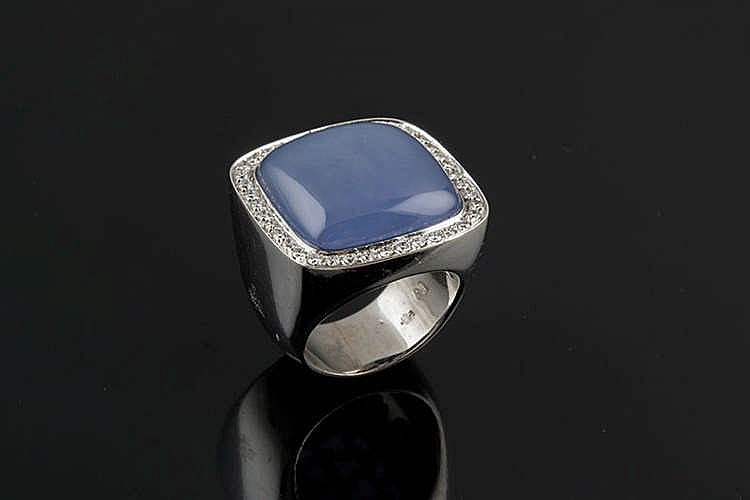 A GOLD, CHALCEDONY AND DIAMOND RING