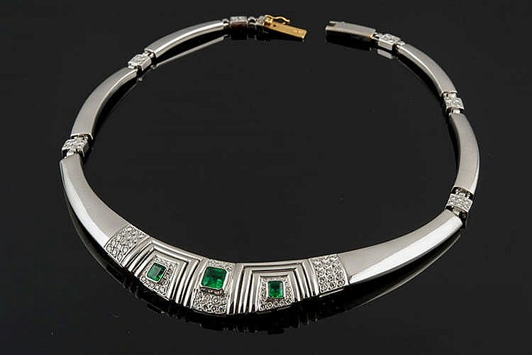 A GOLD, EMERALD AND DIAMOND CHOKER