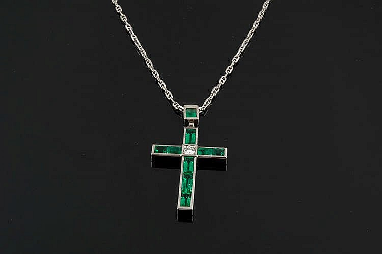A GOLD, EMERALD AND DIAMOND PENDANT CROSS
