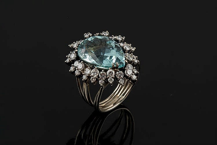 A GOLD, AQUAMARINE AND DIAMOND RING