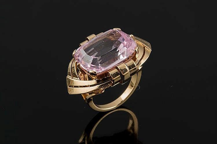A GOLDAND ROSE GEMSTONE RING